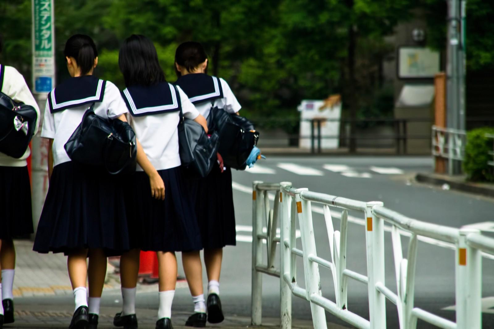 下校中の女子中学生